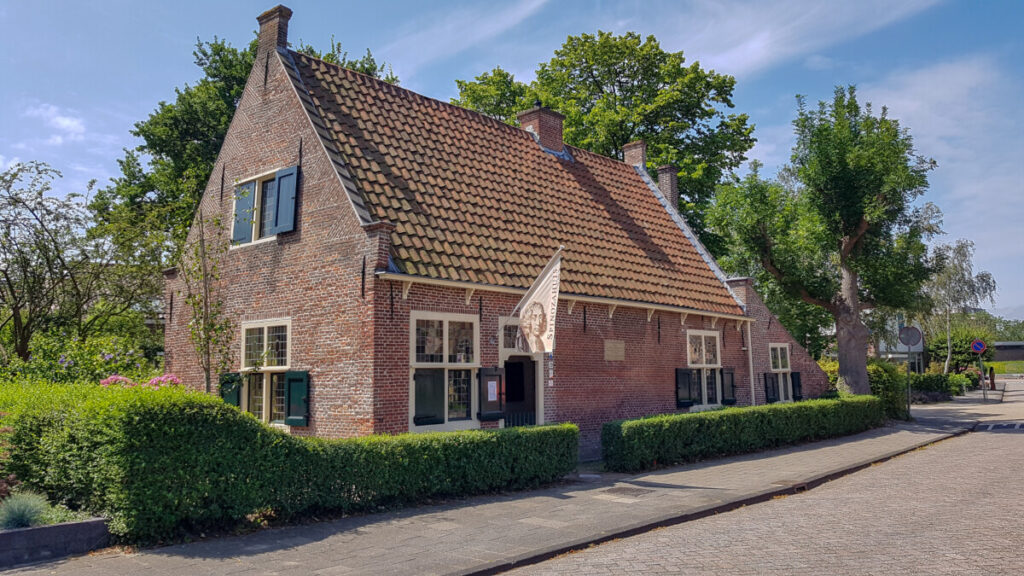 This image has an empty alt attribute; its file name is 2020-07-Spinozahuis-buitenaanzicht-1024x576.jpg